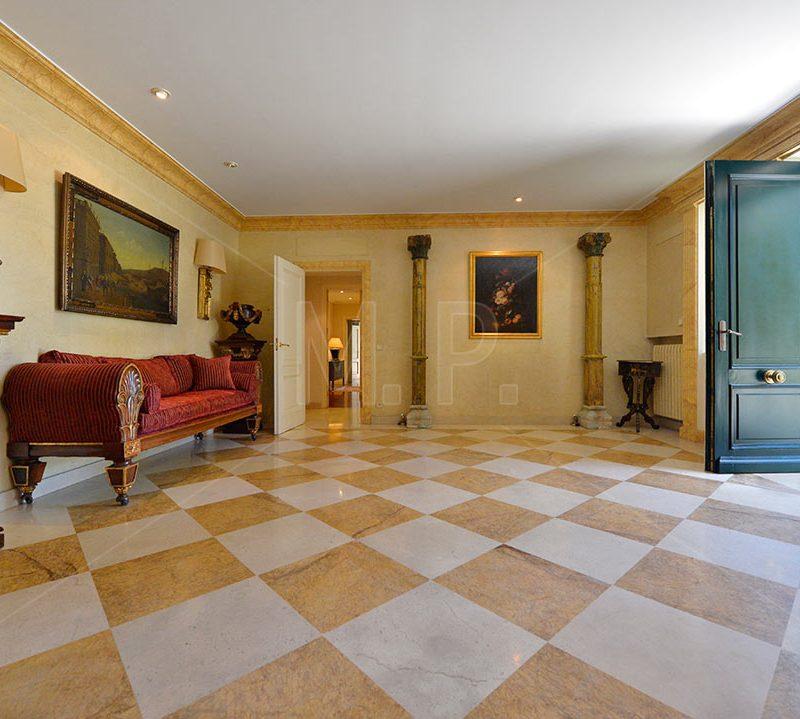 entrada con mobiliario de epoca y suelo de marmol