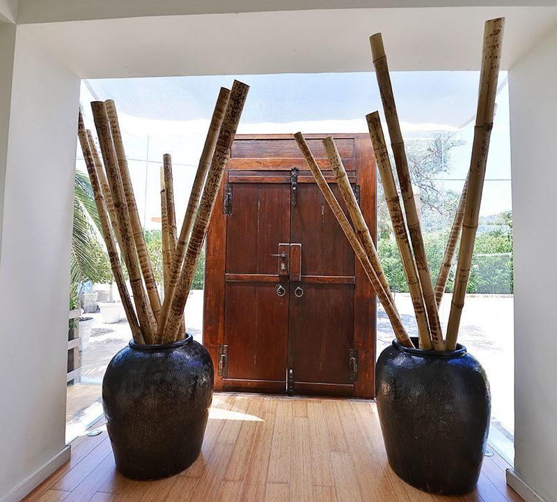 entrada con diseño rustico y bambu