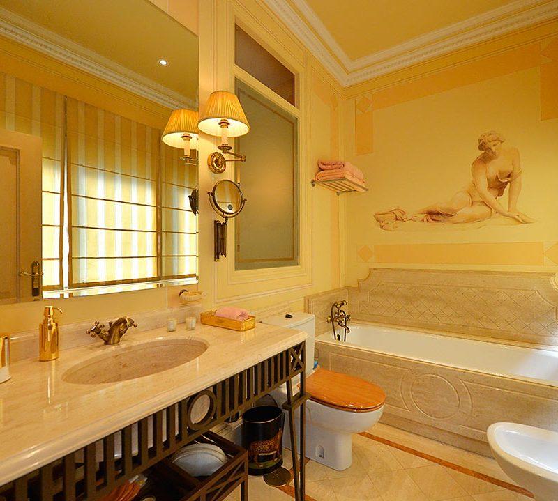 baños decorados con muebles rusticos y de epoca