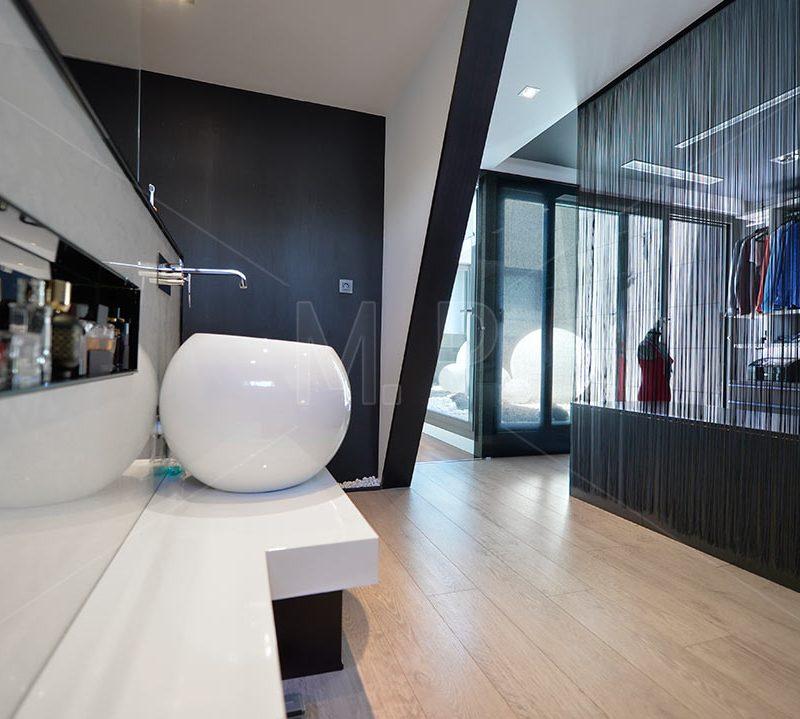 baño y vestido de diseño en fotografia de interiores