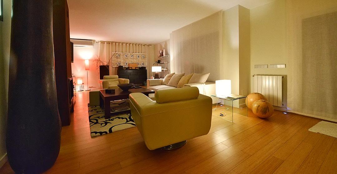 fotografia de salón con luces de ambiente