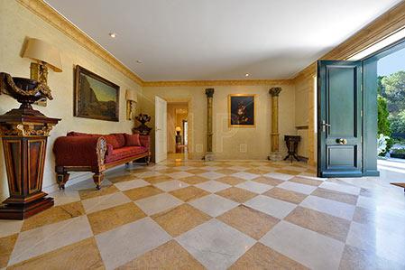 recibidor de una mansion de lujo mostrada por un fotógrafo profesional